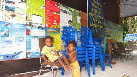 Anak-anak di posko Perijinan Wayag